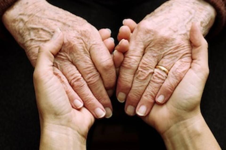 an die Hand nehmen: Demenzpatienten brauchen mehr Unterstützung, vor allem im Krankenhaus