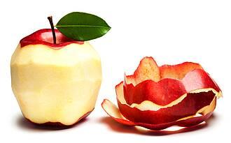 Apfel geschält, weißes Fruchtfleisch, und danaben die rote Schale