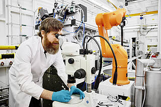Suche nach Arzneistoffen, die gegen Covid-19 helfen könnten, im Forschungszentrum DESY in Hamburg.