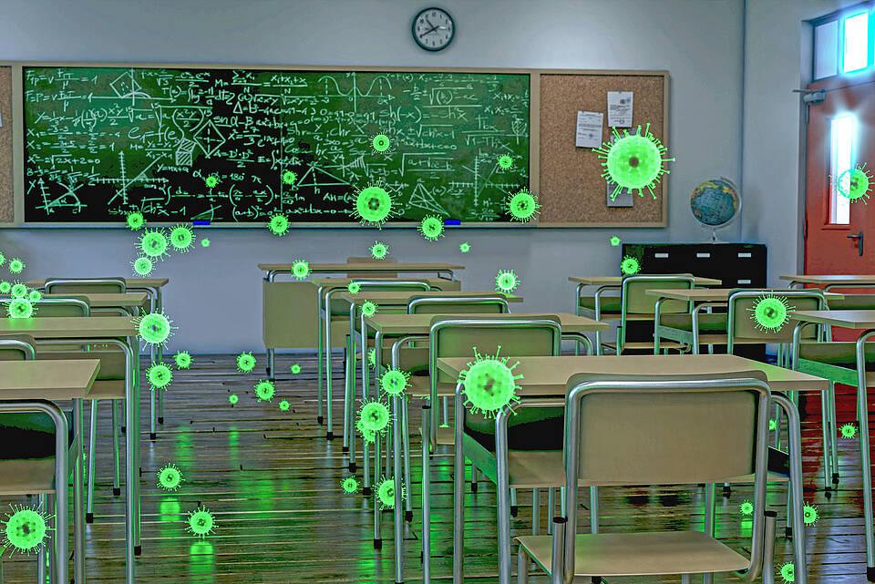 Leeres Klassenzimmer mit grünen Virussymbolen in der Luft.