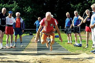 Sport wirkt sich messbar auf den Gehirnstoffwechsel aus. Das ist eine Erklärung, warum Sport der Demenz vorbeugt