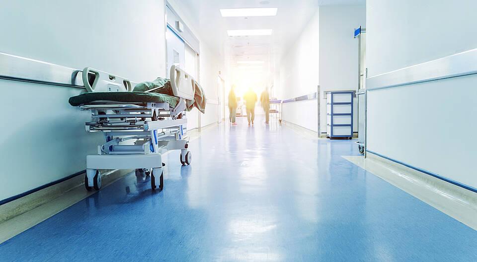 Weniger Krankenhäuser, mehr Digitalisierung: Ob und wie die Personalkrise im Gesundheitswesen noch abgewendet werden kann, wurde auf dem 13. Nationalen Qualitätskongress in Berlin mit hochrangigen Experten erörtert