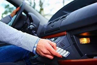 Pkw-Fahrer greift nach Tabletten im Handschuhfach