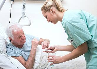 Pflegekräfte im Altenheim nachts oft überfordert