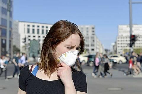 Glücklich, wer einen hat: Ein Mund-Nasen-Schutz hilft doch, das Ansteckungsrisiko zu verringern