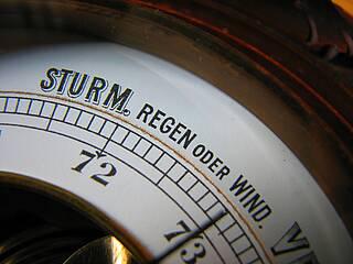Barometer zeigt Sturm, Regen, Wind.