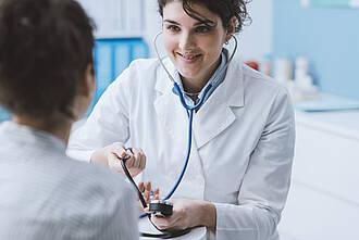blutdruck, blutdruck messen, ärztin, patientin, bluthochdruck, niedriger blutdruck