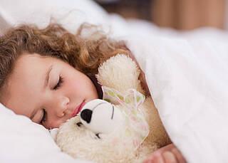 Bettnässen ist für Kinder eine grosse Belastung.