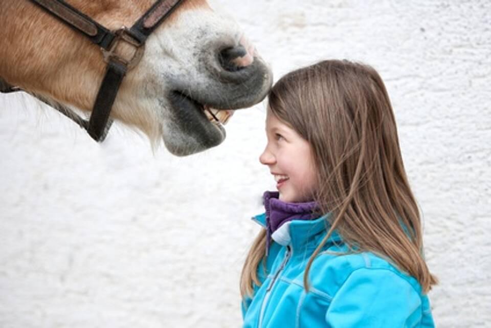 Vom Baby-Alter an in Tierställen zu spielen beugt Asthma vor