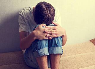 junge, junger mann, depressionen, depressiv, rückzug, einsamkeit