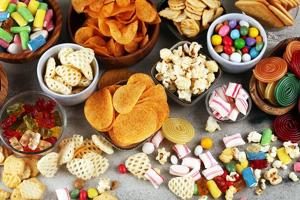 Viel solcher Snacks zu essen könnte das Risiko für eine Darmerkrankung erhöhen