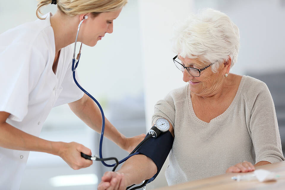 Studie aus China: Ältere Menschen profitieren von einer strikteren Blutdrucksenkung