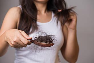 Kreisrunder Haarausfall ist belastend. Eine neue Therapie setzt auf Nanopartikel