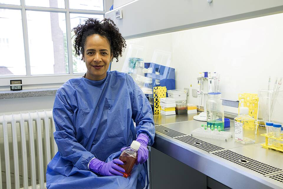 Tropenmedizinerin Marylyn Addo im blauen Schutzkittel im Labor, UKE Hamburg