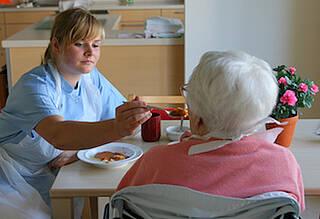 Pflegeversicherung soll leicht zugängliche Unterstützung für Angehörige bieten.