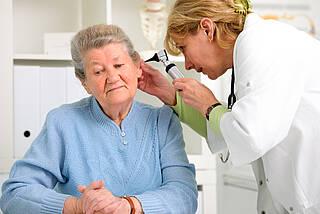 Gutes Hören ist gerade im Alter wichtig. Das Demenzrisiko ist geringer