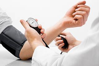 Ab einem Wert von 140 zu 90 mmHg liegt ein Bluthochdruck vor