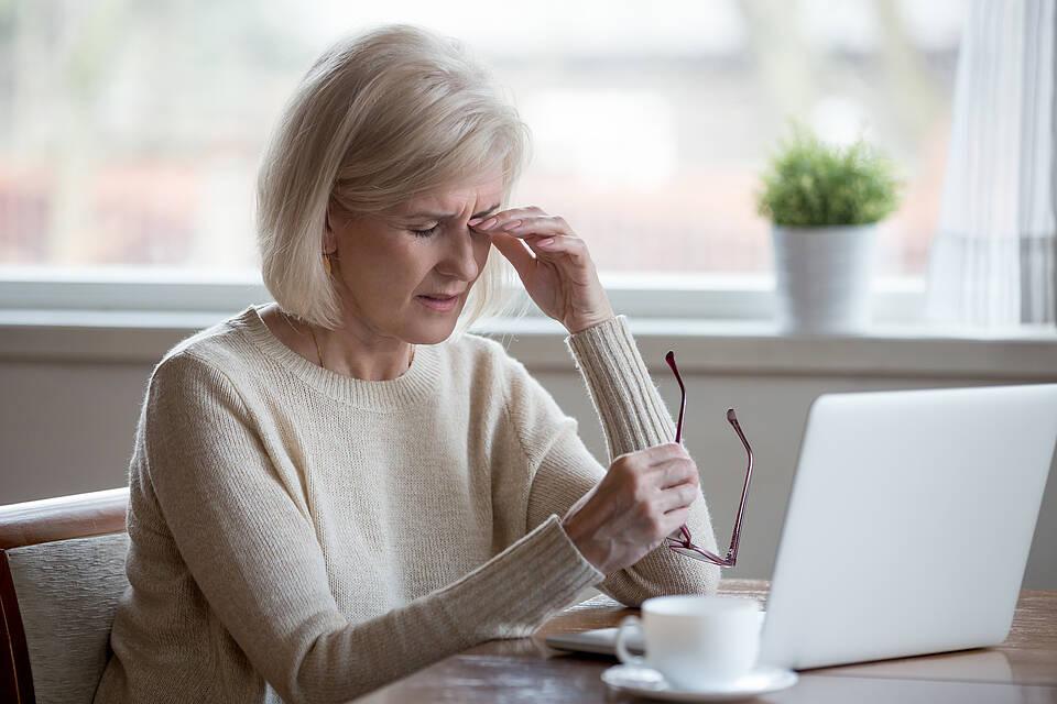 Besonders bei Bildschirmarbeit kann das Trockene Auge Probleme bereiten