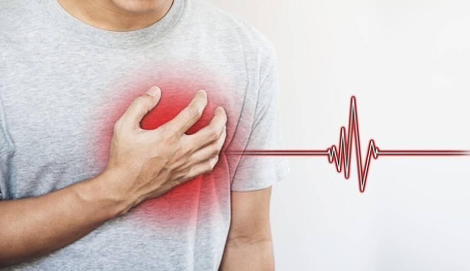Herzinfarkt - Mann lang sich in die Herzgegend, EKG-Kurve