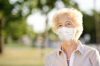 Seniorin, Atemschutzmaske, Coronavirus