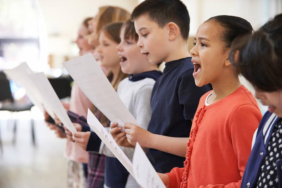 Singen im Kinderchor: Eine Studie aus Berlin zeigt, dass helle Kinderstimmen weniger Aerosole bilden als Erwachsene