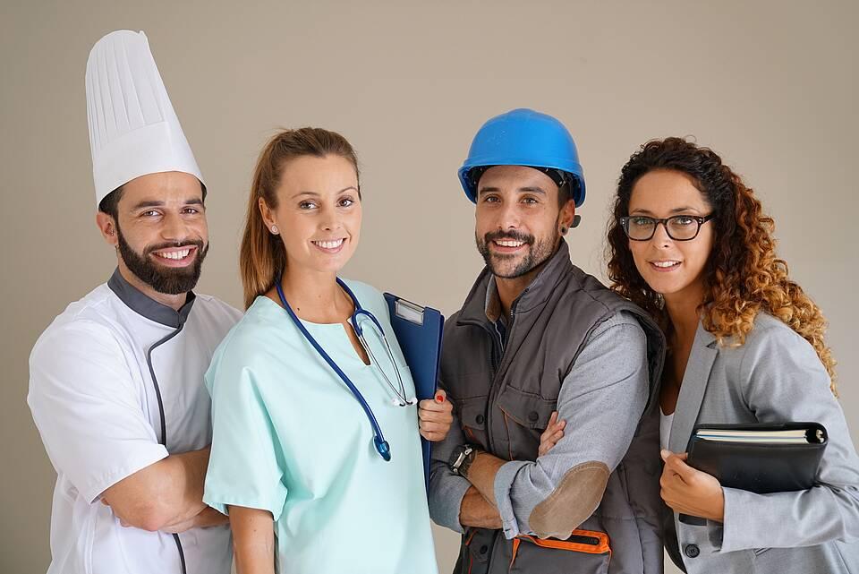 Vier Menschen, die unterschiedliche Berufe symbolisieren.