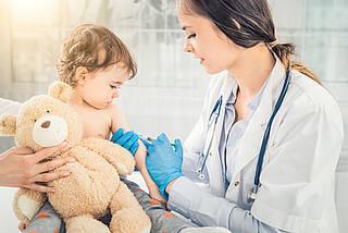 Trotz besonders schwerer Verläufe: Kindern wird die Meningokokken B Impfung im Moment nicht empfohlen