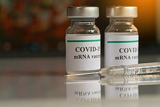 Fläschchen mit mRNA-Impfstoff gegen COVID-19.