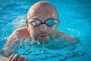 Wichtig für Parkinsonpatienten: Die Tiefe Hirnstimulation kann die Fähigkeit zu Schwimmen aus dem Bewegungsgedächtnis löschen
