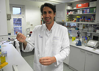 Nils Thoennissen bei der Arbeit im Labor