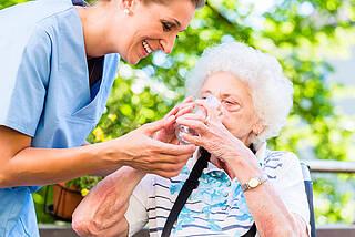Ältere Menschen haben oft kein Durstgefühl. Das Trinken wird schlicht vergessen