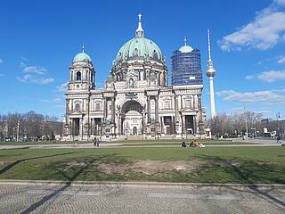 Deutschland kurz vor der Ausgangssperre: Der Lustgarten vor dem Berliner Dom war schon am Samstag menschenleer – trotz bestem Wetter