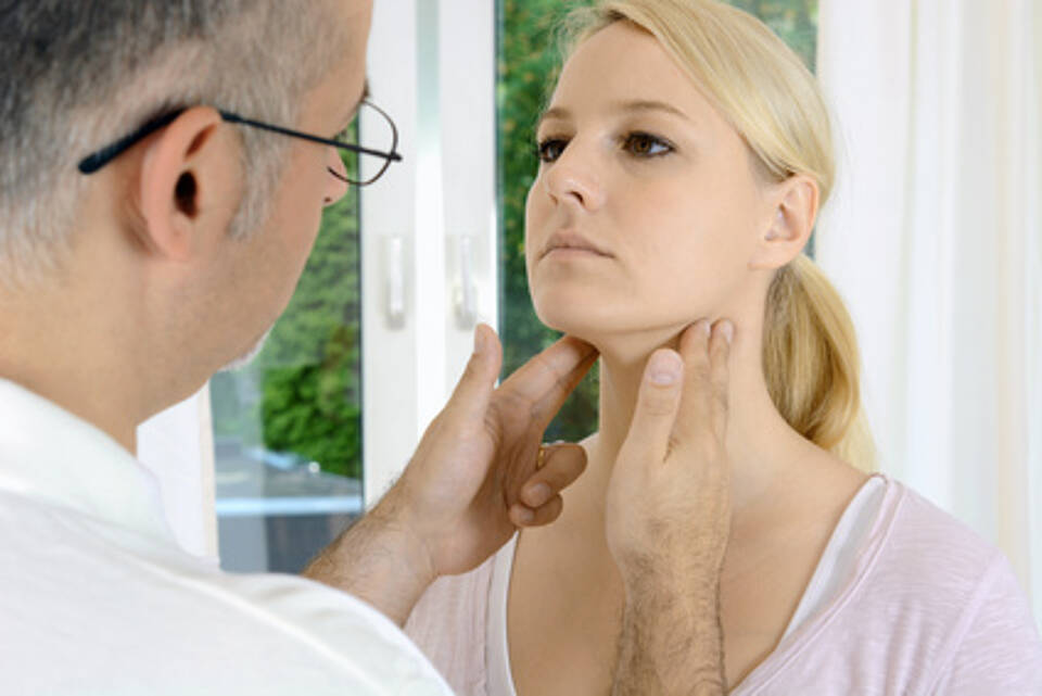 Bei häufigen Mandelentzündungen kann bei Erwachsenen eine OP sinnvoll sein