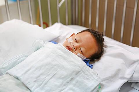 Die spinale Muskelatrophie vom Typ 1 ist eine tödliche Erkrankung. Das Medikament Nusinersen verlängert das Leben betroffener Kinder