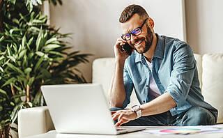 Fehlhaltungen am Arbeitsplatzsind eine häufige Ursache von Rückenschmerz. Doch meist kommt noch mehr dazu