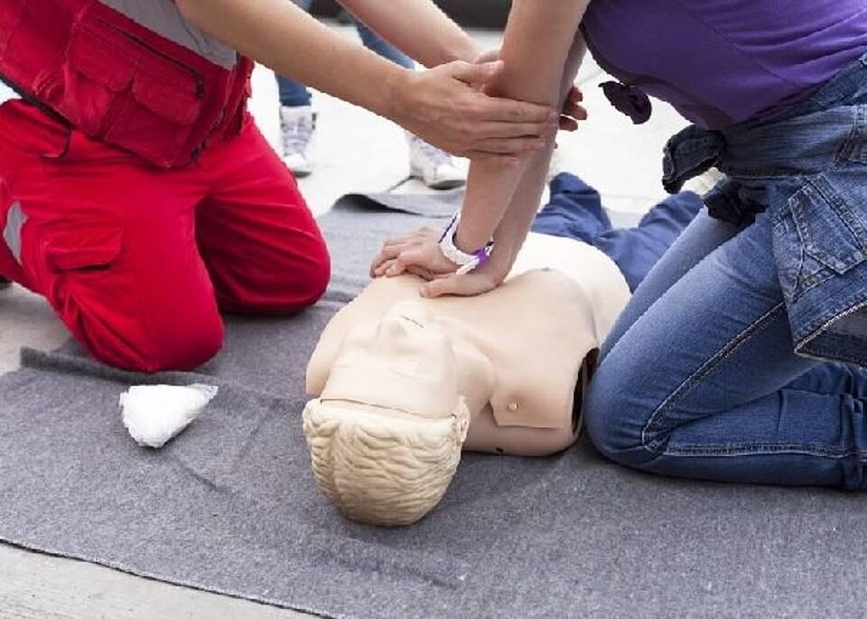 Herzdruckmassage ist die wichtigste Maßnahme bei Herzstillstand