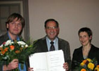 Prof. Peter Schlag (mi) übergibt den Curt-Meyer-Gedächtnispreis 2010
