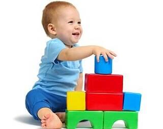 Kind mit farbigen Klötzchen