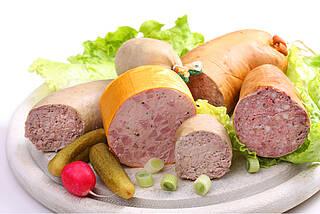 Sechs Sorten Leberwurst, aufgeschnitten, mit Gurken- und Radieschen auf Vesperbrett