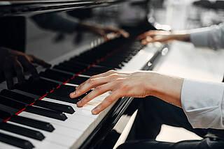Das Leiden der Pianisten: Beim Karpaltunnelsyndrom hilft häufig schon eine Ruhigstellung der betroffenen Hand