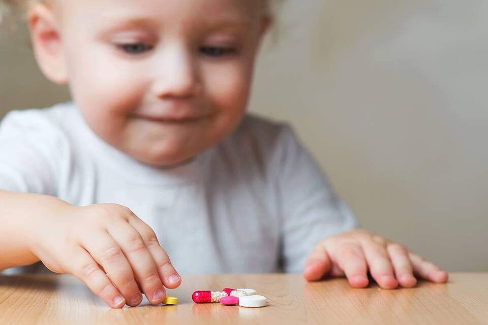 Säugling interessiert sich für farbige Medikamente - Vergiftungsgefahr.