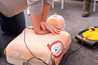 Laien üben Herzdruckmassage: Einfacher, als viele denken