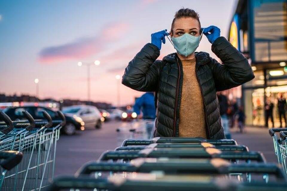 Einkaufen mit Mund-Nasen-Schutz könnte normal werden. Die dritte Ad-hoc-Stellungnahme der Leopoldina beschreibt gangbare Wege, wie die Corona-Krise nachhaltig überwunden werden kann