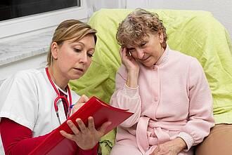 Überlastung in der Pflege kann zu Gewalt führen.