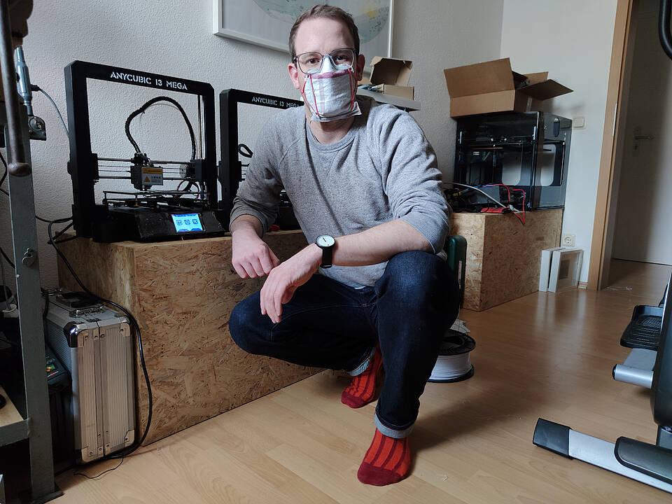 Start-up-Gründer Tim Vollmer stellt im Home Office per 3-D-Drucker Atemschutzmasken her