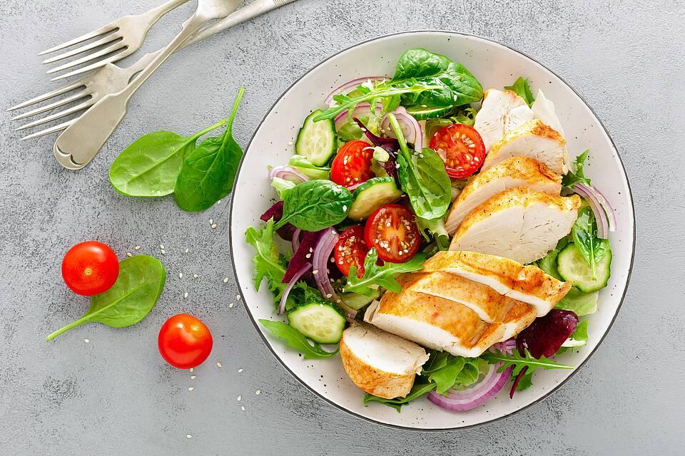 Teller mit Salat und Hähnchenbrust