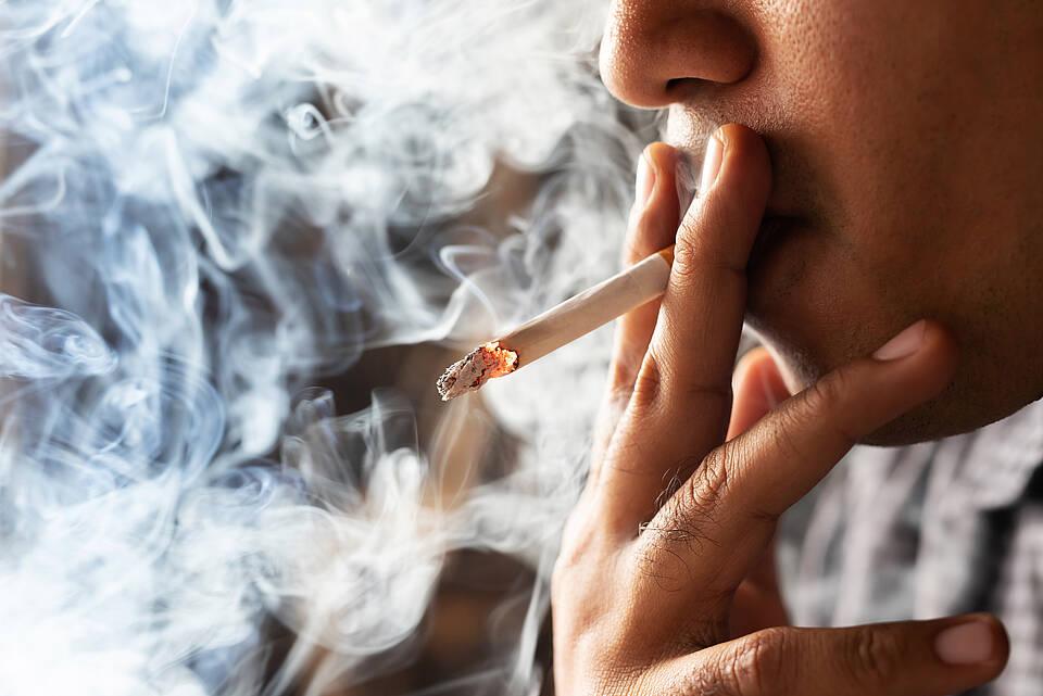 Raucher-Paradox aufgeklärt: Ein giftiger Stoff im Zigarettenrauch vermindert die Andockstellen für das Coronavirus