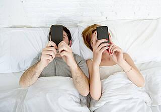 Alltag in deutschen Schlafzimmern: Doch das blaue Licht in Smartphones oder Tablets hält wach und stört den Schlaf