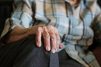 Ältere Frau nach Krebstherapie: Spürbarer Verlust an Lebensqualität