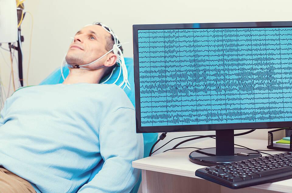 Ob Gleichstrom in Verbindung mit kognitivem Training gegen Alzheimer hilft, wird gerade an der Uni Greifswald erforscht